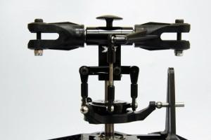 ♦旋翼夾頭舵柄採三孔設計,方便調校主旋翼角度至最佳化,因應不同飛行特性自由調整,大幅增加停懸穩定性及3D飛行之運用需求。