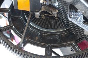 ♦採用超大主齒盤設計使引擎的重量往前移動,更加符合整體飛行重心配比。