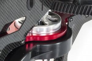♦使用整塊全CNC鋁合金切削工藝製成的引擎強化結構, 連接主軸與動力引擎輸出結構強化主體設計,減少動力耗損,在搭配使用GAUI標準配色陽極亮紅處理點綴視覺上的豐富層次。